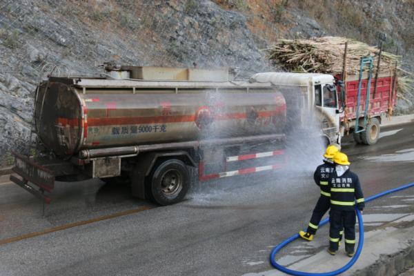 文山:西畴消防成功处置油罐车货车相撞事故-云南文山